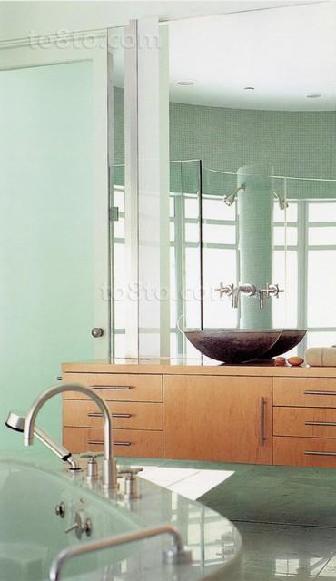 玻璃材质打造的卫生间洁净清爽