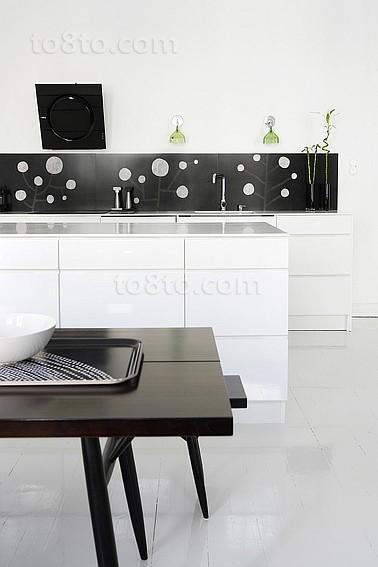 简约时尚黑白搭配的厨房装修效果图