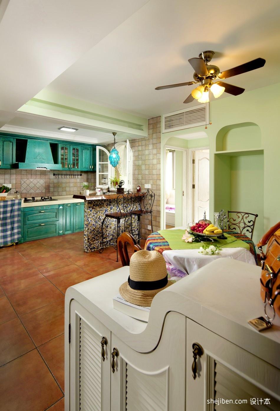 地中海風格開放式L型小面積家居廚房藍色櫥柜吧臺客廳棕紅色地磚裝修效果圖