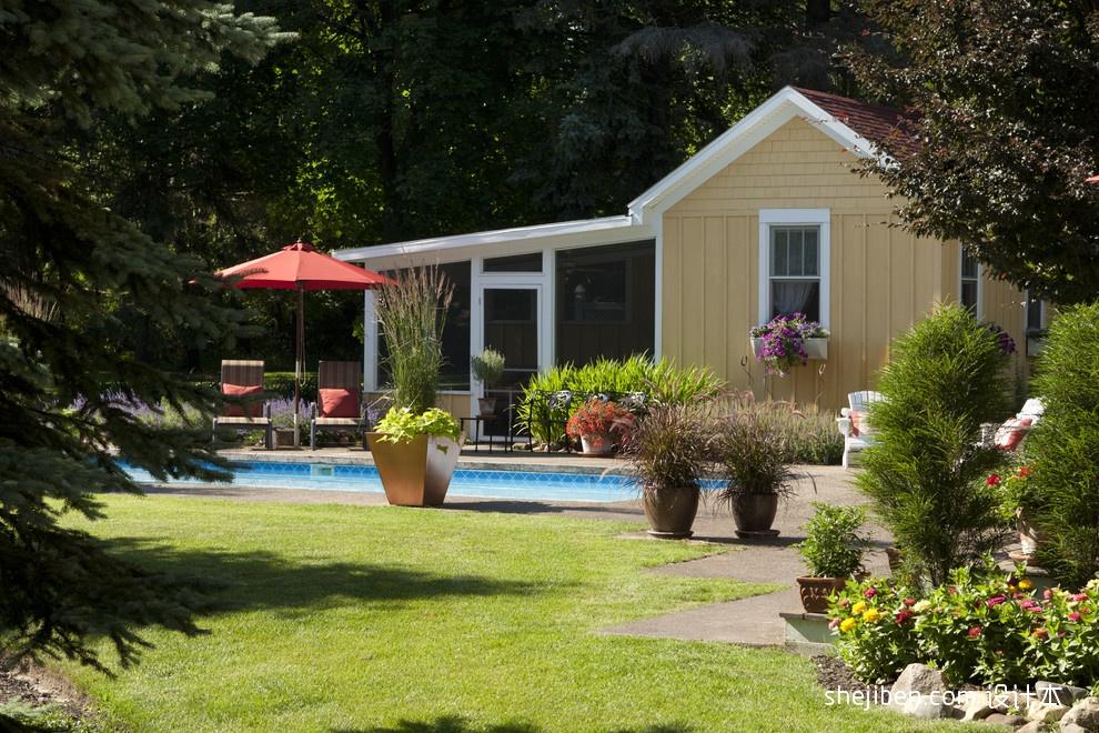 美式风格别墅一楼花园游泳池椅子装修效果图片