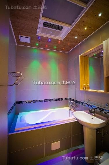 现代简约装饰卫生间浴池