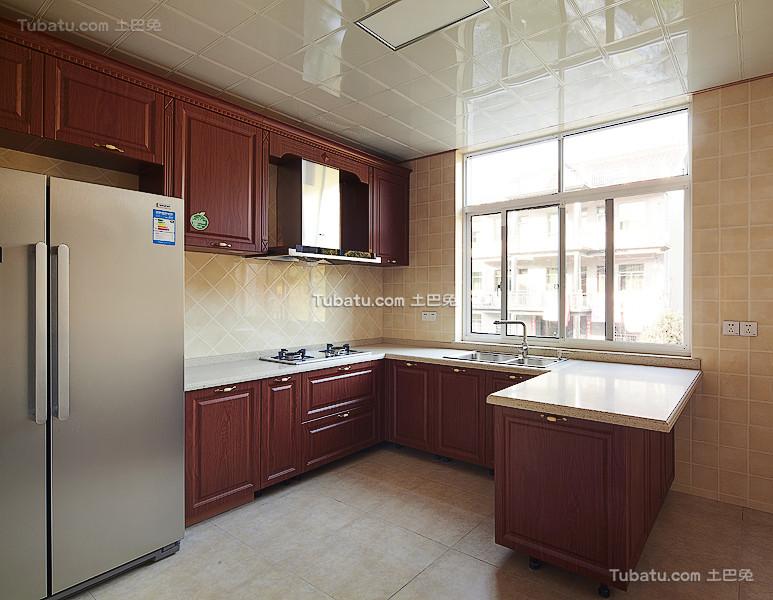 现代U型厨房设计装潢