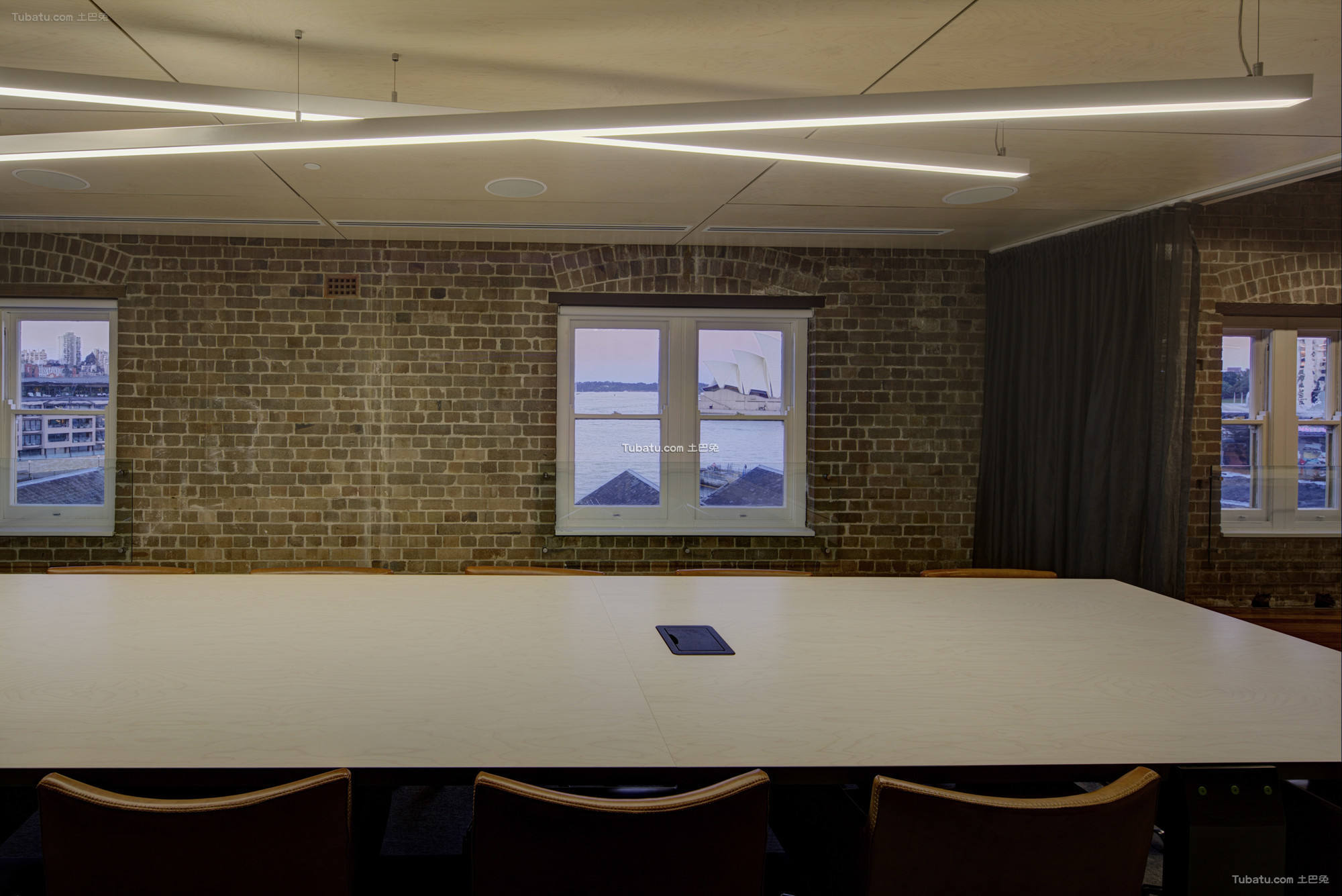 办公室室内会议桌装饰图片