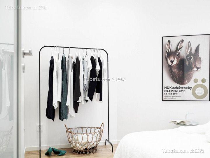 简约设计loft公寓卧室衣架装修效果图