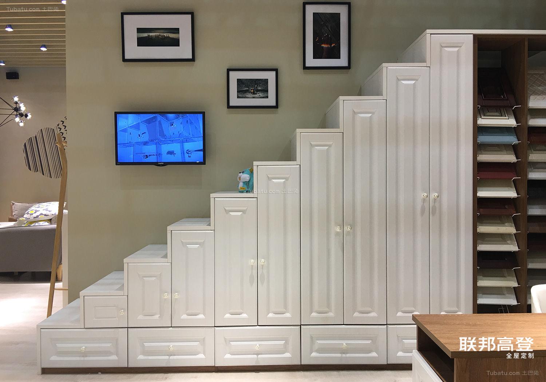 多功能房阶梯式掩门衣柜