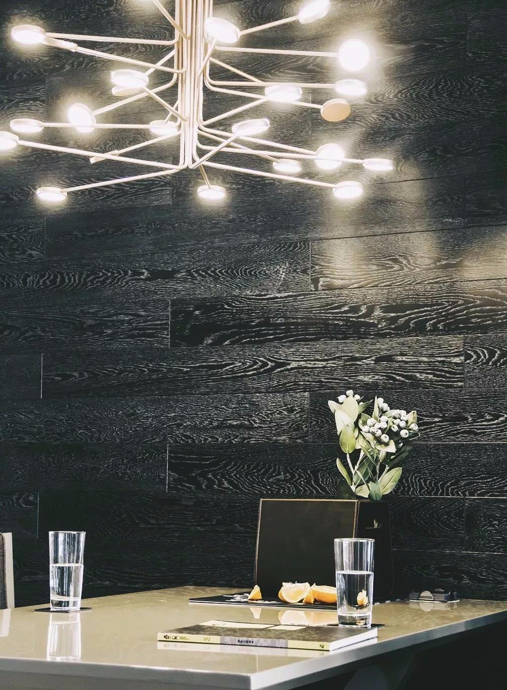 132㎡的现代简约,黑色地板上墙作背景13039553