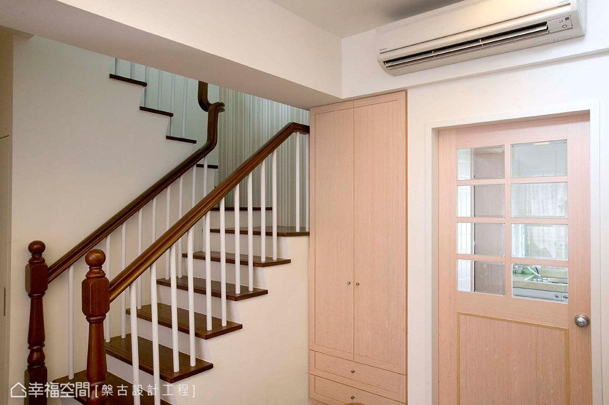 浅色打底的田园风格楼梯效果图