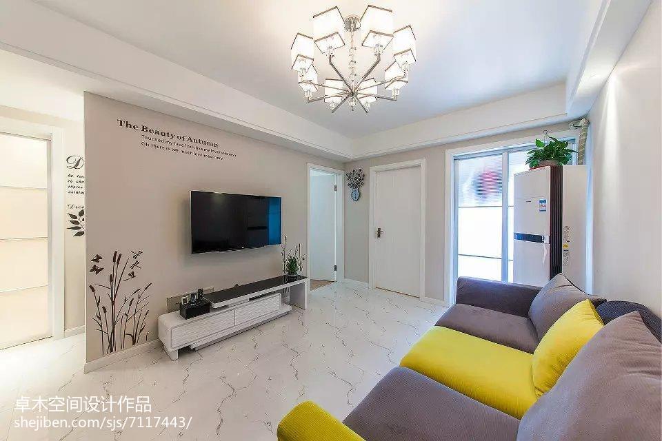 白中带有淡淡的粉简约风格装修客厅图片