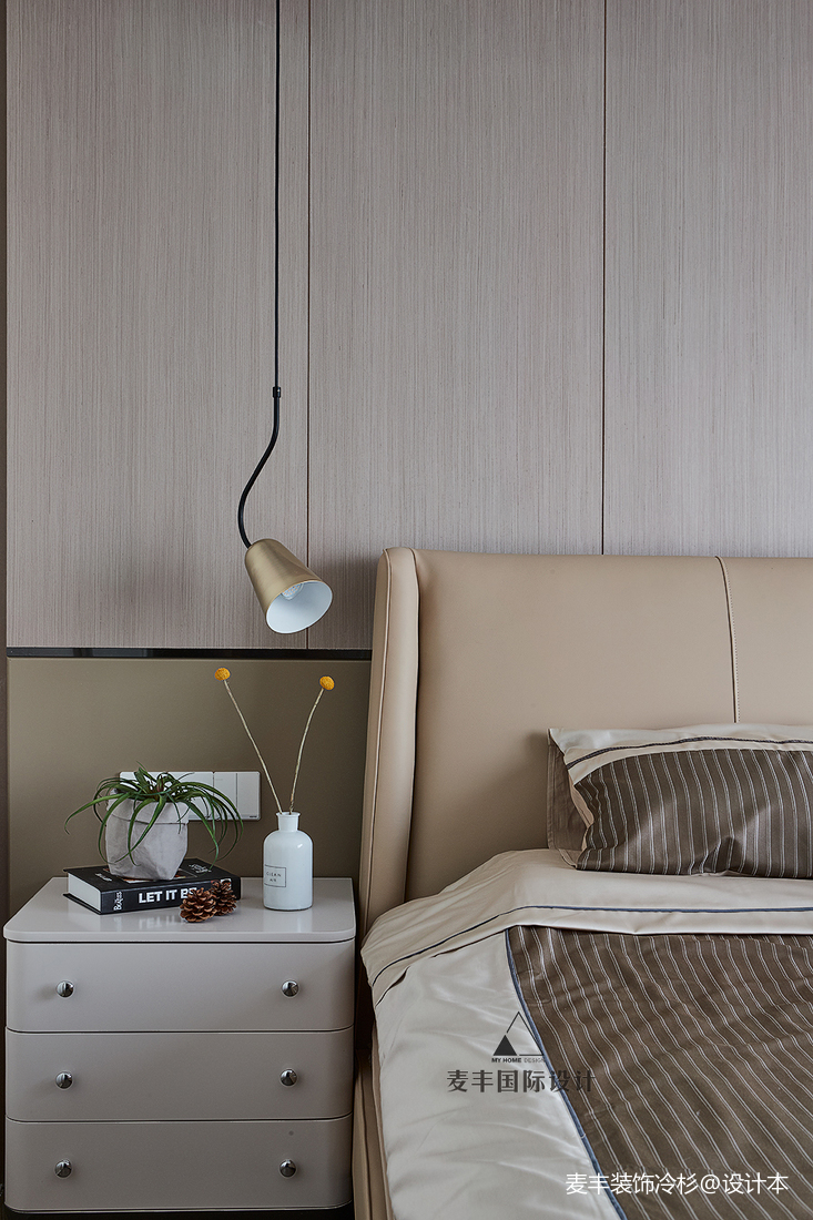 轻奢110平现代三居卧室装潢图